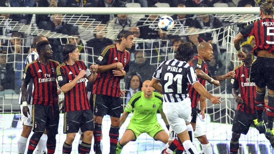 Tendangan bebas Pirlo saat menghadapi sang mantan klub, AC Milan